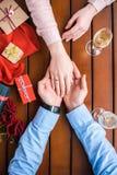 Ami tenant la main d'amies avec l'anneau de mariage Photographie stock libre de droits