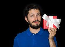 Ami tenant le boîte-cadeau Photographie stock libre de droits