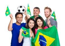 Ami tenant le drapeau brésilien, amants du football Photo libre de droits