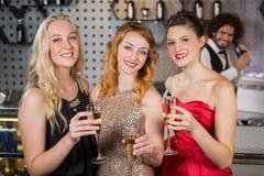 Ami trois de sourire ayant le verre de champagne Photographie stock