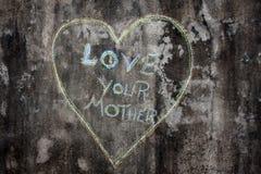 Ami vostra madre scritta il cuore interno Fotografia Stock Libera da Diritti