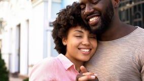 Amica amorosa che abbraccia ragazzo all'aperto, relazioni tenere, prossimità di amore immagine stock
