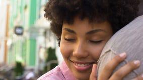 Amica amorosa che abbraccia ragazzo fuori, relazioni tenere, prossimità di amore archivi video