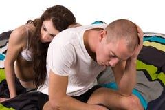 Amica che conforta il suo ragazzo Fotografie Stock Libere da Diritti