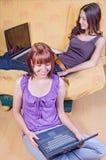 Amica con il Internet Immagine Stock Libera da Diritti