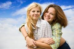 Amica d'abbraccio della ragazza graziosa Fotografie Stock Libere da Diritti