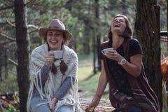 Amiche che bevono caffè sulla natura nel paese Stile piega Fotografia Stock