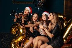 Amiche che fanno il selfie della foto di Natale Fotografia Stock