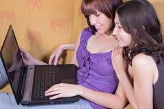 Amiche con il Internet Fotografie Stock Libere da Diritti