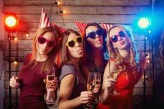 Amiche della festa di compleanno Belle ragazze in cappucci e colorato Fotografie Stock Libere da Diritti