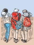 Amiche della scuola che hanno un resto sulla banchina Immagini Stock Libere da Diritti