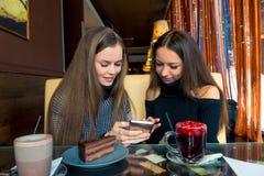 Amiche divertenti con un telefono passare tempo immagine stock