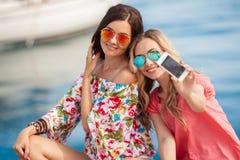 Amiche felici vicino al mare Immagine Stock