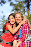 Amiche - giovani donne felici che fanno un'escursione ritratto Immagini Stock Libere da Diritti