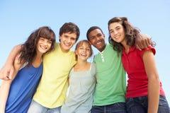 Amici adolescenti che si levano in piedi all'esterno fotografie stock libere da diritti