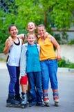 Amici adolescenti felici che giocano all'aperto Immagini Stock