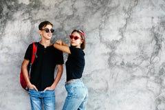 Amici adolescenti in stessi vestiti fotografia stock libera da diritti