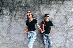 Amici adolescenti in stessi vestiti fotografia stock