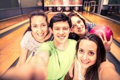 Amici al bowling Immagine Stock