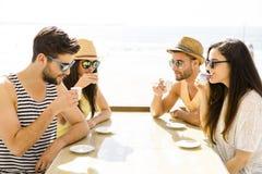 Amici alla barra della spiaggia Immagini Stock Libere da Diritti