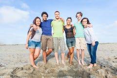 Amici alla spiaggia Immagini Stock
