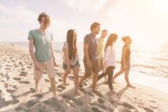 Amici alla spiaggia Fotografie Stock
