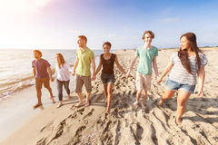 Amici alla spiaggia Fotografia Stock