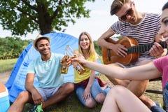 Amici allegri che celebrano evento in natura Fotografia Stock