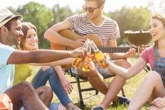 Amici allegri che si rilassano nella foresta Fotografia Stock