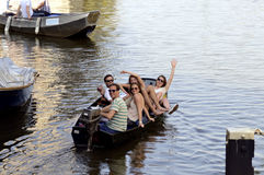 Amici, alti alcoolici, felicità, sorrisi, passatempo, barca Fotografie Stock Libere da Diritti