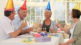 Amici anziani che celebrano un compleanno video d archivio