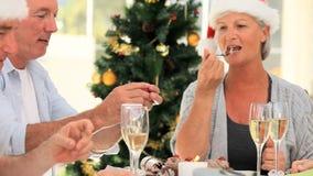 Amici anziani che mangiano dolce per celebrare un compleanno stock footage