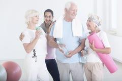 Amici anziani dopo le attività fisiche fotografia stock libera da diritti
