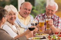 Amici anziani felici che bevono birra fotografia stock libera da diritti