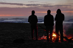 Amici che aspettano il sole Fotografia Stock