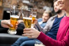 Amici che bevono birra Fotografia Stock