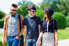 Amici che camminano sulla via, cultura della gioventù Fotografie Stock