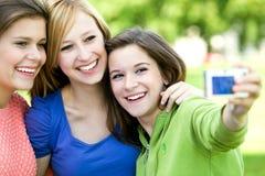 Amici che catturano foto Fotografia Stock