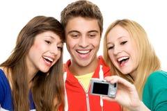 Amici che catturano loro maschera Fotografia Stock