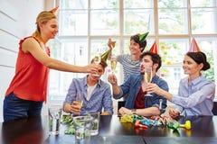 Amici che celebrano con il champagne Fotografia Stock Libera da Diritti