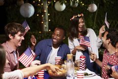 Amici che celebrano il quarto della festa di luglio con il partito del cortile Immagini Stock
