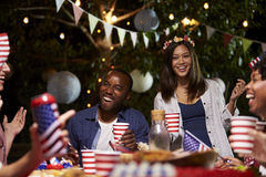 Amici che celebrano il quarto della festa di luglio con il partito del cortile Fotografie Stock