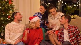 Amici che celebrano natale e che bevono vino video d archivio