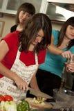 Amici che cucinano insieme Fotografie Stock Libere da Diritti