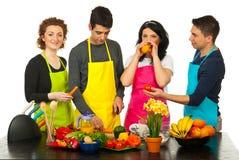 Amici che cucinano insieme Fotografie Stock