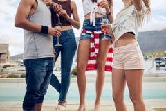 Amici che fanno festa dallo stagno Fotografie Stock