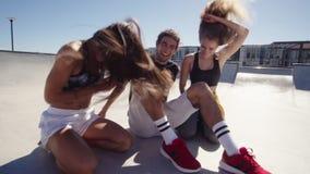 Amici che fanno un video del selfie per i loro media sociali archivi video