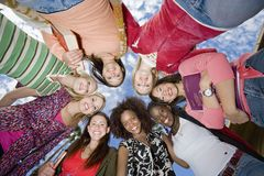 Amici che formano calca Fotografie Stock Libere da Diritti