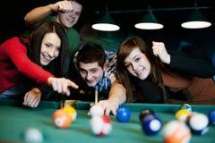 Amici che giocano biliardo Fotografia Stock Libera da Diritti