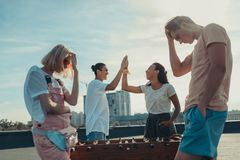 Amici che giocano calcio-balilla Fotografia Stock Libera da Diritti